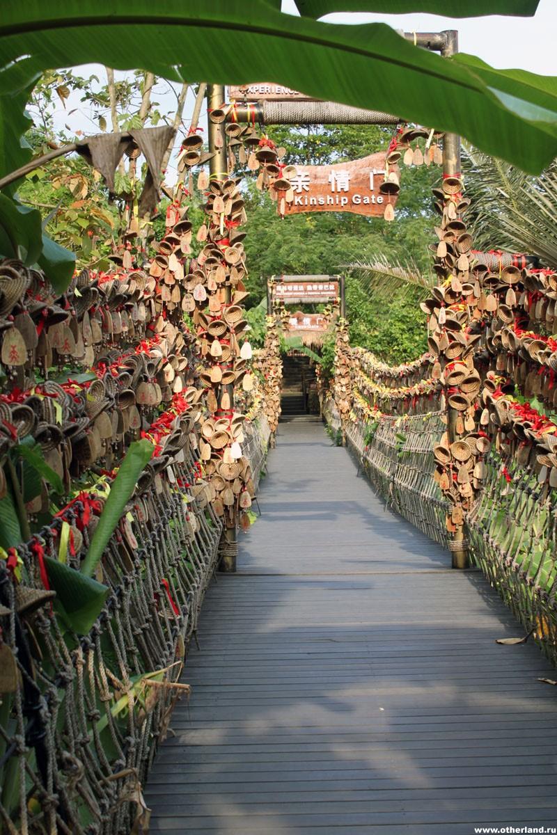 Хайнань. Янода. Подвесной мост с колокольчиками.